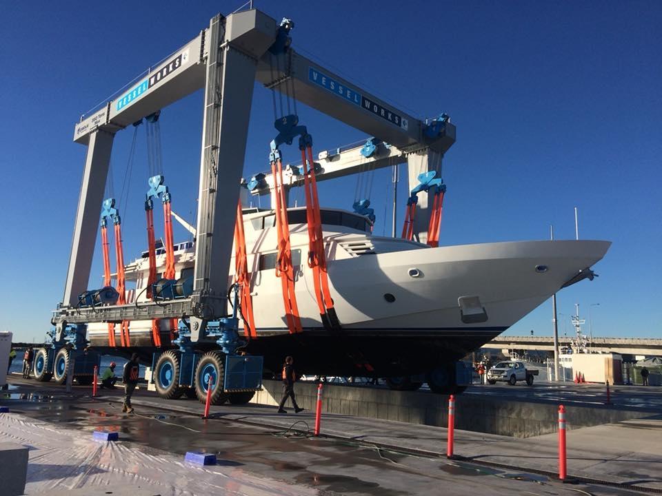 vessel crane lift yacht for Refits work